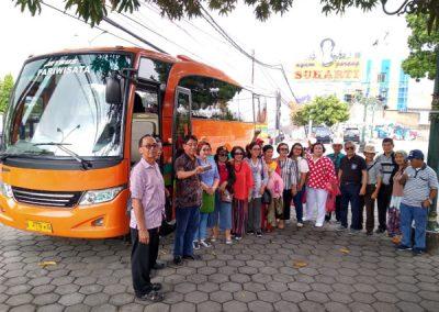Foto rombongan yang naik bus pariwisata Jogja Rafira