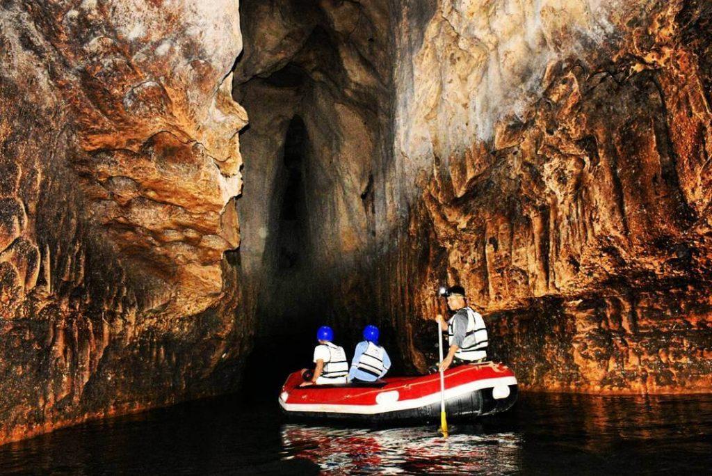 Arung Jeram di Goa Pindul, sumber explorewisata.com