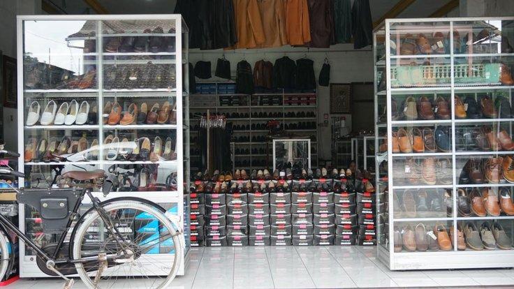 Showroom Produk Kerajinan Kulit Manding, sumber : BukaReview